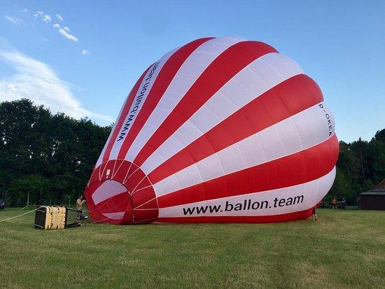 Lienen, เยอรมนี: Der Ballon wird zunächst mit viel Luft gefüllt.