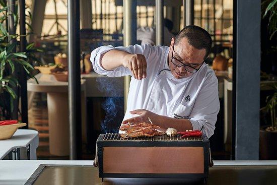 Nairu Restaurant and Lounge: Chef Nazlan preparing a Jumbo Prawns Robatayaki