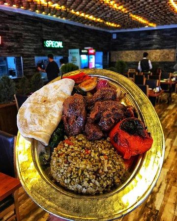 Saray Kavurması👌 kuzu etinin en yumuşak ve lezzetli hali. Not: sadece hafta içi öğlen menüsünde bulunmaktadır😊 @unaletlokantasi #ünaletlokantası #saraykavurması #kavurma #pilav #gastronomi #gaziantep #gastronomia #lezzet #türkiye #et