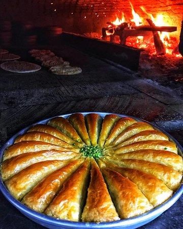 Havuç Dilimi👌 Günlük ve taze olan tatlımızı Türkiye'nin heryerine kargo ile göndermekteyiz😊 Sipariş için 📞:(0342)3371084  @unaletlokantasi #ünaletlokantası #tatlı #baklava #havuçdilimi #gaziantep #fıstık #antepfıstığı #fırın #lezzet #odunateşi #yemek #food #foodporn #foodphotography #insta #instagram #instafood #instagood #gurme #gurmelezzetler #yöresel #et #katmer #beyran #antep #türkiye #istanbul #ankara #tur #tatlılar