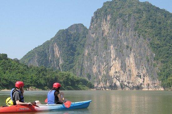 沿着Nam Ou / Mekong河划皮划艇。 Pak Ou Caves