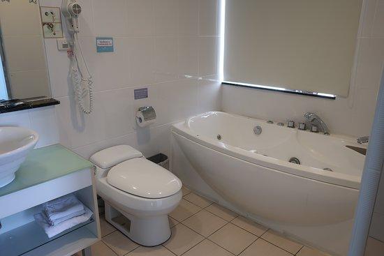 Pingtung Donggang Tapeng Bay Holiday Hotel: バスルームは広い