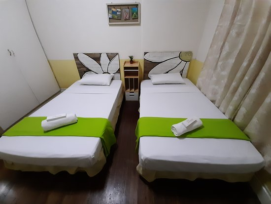 SESSION ROOM - Two double beds, Private Toilet (Hot and Cold Shower) , Cable T.V , Electric Fan, Free Wifi  – na slici je The Old Orangewood Bed and Breakfast, Luzon - Tripadvisor