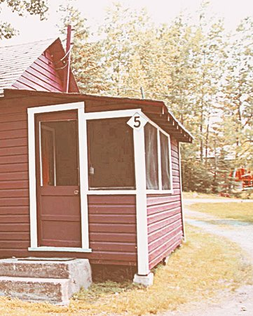 Kenora District, Canadá: Fully loaded rustic cabins await - bring food and the swim suit, we've got the rest!