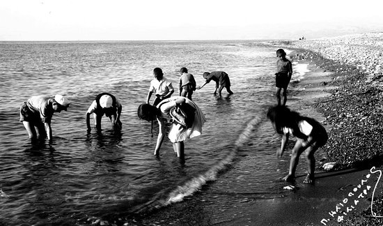 Costa Navarino, Hy Lạp: Years and years.. Gather a shell from the strewn beach, and listen at its lips : they sigh, the same desire and mystery. The echo of the whole sea's speech. 📷 #retro #photography #people #studioe #eliopoulosmuseum #funtimes #summertime #greece