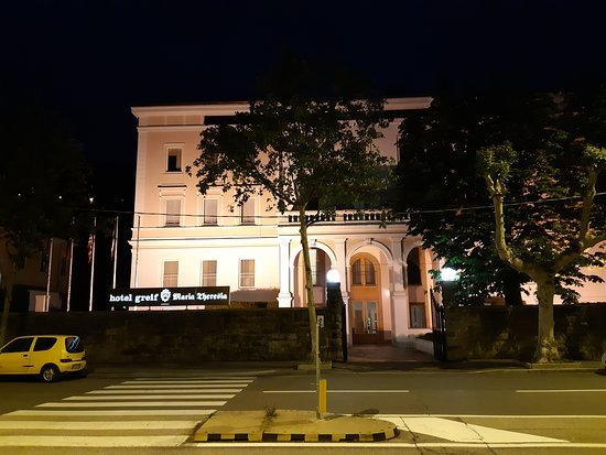 Greif Maria Theresia : View from the street of the hotel at night.