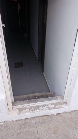 Η εναλλακτική πρόταση να βρεις ασανσέρ αν δεν θέλεις να ανέβεις τις σκάλες για τον πρώτο όροφο που είναι η reception και το ανσανσέρ που οδηγεί στα δωμάτια. Εννοείται ότι κάνεις όλο το γύρω της πισίνας...