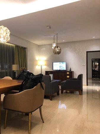Eettafel Met Stoelen En Bank.Het Zitgedeelte Met Bank Stoelen En Eettafel Picture Of Hilton
