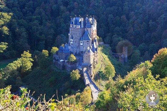 Wierschem, Nemačka: Eine Postkartenperspektive der Burg Eltz. Am Rande der Eifel liegt eine der bekanntesten Burgen Deutschlands. Der Fußweg lohnt sich definitiv, denn dieser tolle Anblick bleibt sonst verwehrt. Als Tipps: Bei einem Besuch am Morgen sind die Lichtverhältnisse übrigens besser.