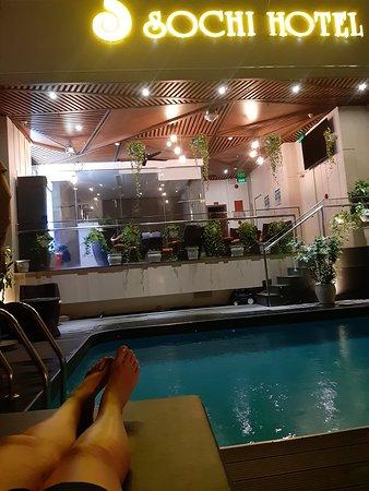 Бассейн вечером, очень здорово там расслабиться с бутылочкой рома)