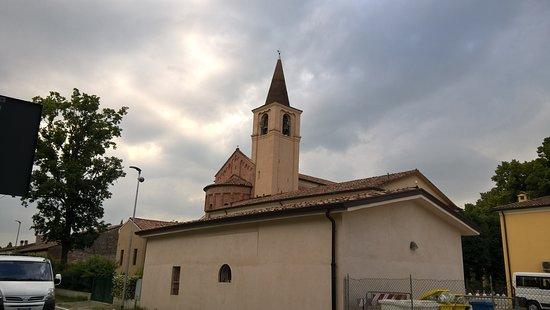 Chiesa Gonzaga. Vista dal lato della strada dal supermercato Famila.