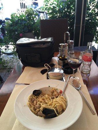 Spaghetti non condito benissimo, si sentiva poco il sapore dei frutti di mare!! Ristorante SCARSO, e costo un po più alto della media!