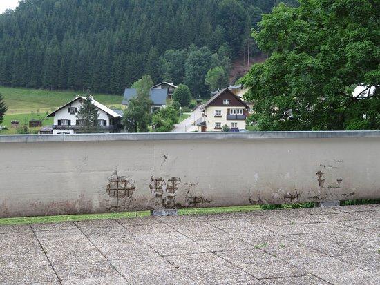 Lackenhof am Otscher, Αυστρία: Terrasse, riesengroß, mit Waschbetonplatten ausgelegt, An der Begrenzungsmauer fällt der Putz herab.