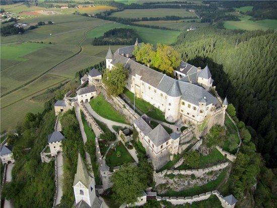 Die Burg Hochosterwitz in St. Georgen am Längsee - Kärnten - von oben.
