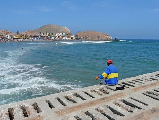 Cerro Azul, Pérou : Otros pescadores con sus líneas pescan en la rompiente de las olas. Por esta latitudes los colores de Boca Junior son reconocidos.