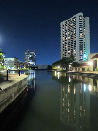 Omni Las Colinas Hotel: Hotel (right) on the canal and lake