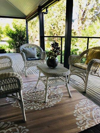 Stroud, ออสเตรเลีย: Garden setting seated area