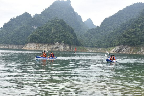 Tuyen Quang Province, Vietnam: The race is estimated to have welcomed more than 5,000 visitors from inside and outside the province. Kayakers at the race