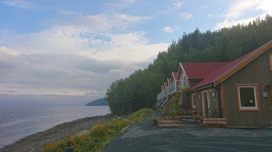 Hjellup Fjordbo offers accommodation and is situated in a beautiful place down by the fjord, only about 3 km from the center of Leksvik.