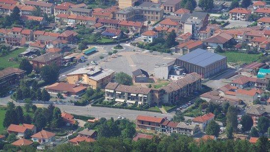 Sant'Antonino di Susa, Włochy: Piazza della pace vista dalla montagna