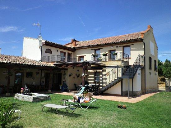 Moratinos, Espagne : Al piano terra l'ingresso, il bar, il ristorante, il dormitorio, i bagni esterni, i servizi con docce, i lavelli per il bucato dei pellegrini, il portico ombroso, il bel prato, la fontana.