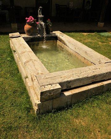 Moratinos, Espagne : La fontana nel prato dell'Albergue: per i pellegrini è un piacere immergerci i piedi e il suono dell'acqua è rilassante.
