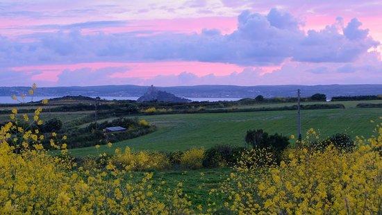 Ednovean Farm: Sonnenuntergang hinter dem Haus