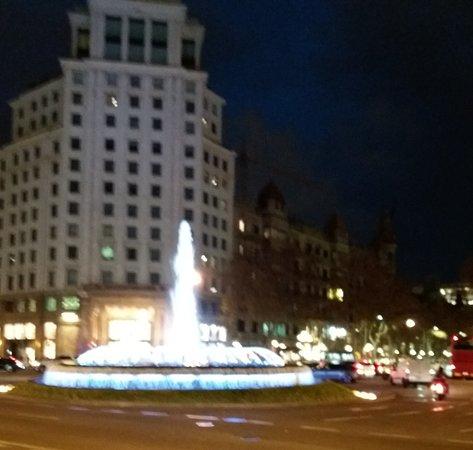 Barcelona, Espanha: Площадь Каталонии вечером.
