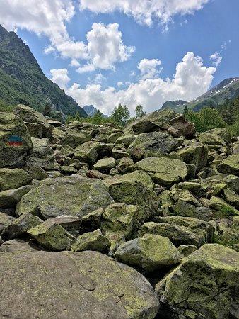 Каменные завалы на пути к озёрам