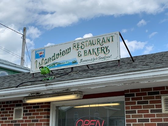 Western Shore, Kanada: Islandview is easy to miss, but do yourself a favor and stop in and try their great seafood and bakery!  It's where the locals go to eat.