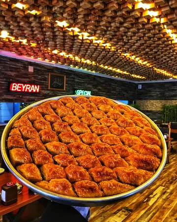 Baklava👌 eşsiz baklavamızla yemek sonrasında da ağzınızı tatlandırmaya devam ediyoruz😊 Türkiye'nin heryerine tatlı gönderiyoruz😊. @unaletlokantasi #ünaletlokantası #gaziantep #baklava #fıstık #kaymak #şeker #havuçdilimi #midyebaklava #gezgin #beyran #yöresel #insta #tat #yemek #yemektarifleri #gaziantep #tur #istanbul #ankara #instagram #instagood #instafood #foodphotography #foodporn #gurme #gurmelezzetler #yöresel #gezgin #yöresellezzetler