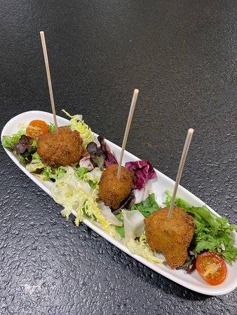 Portic Boqueria: Buñuelos de bacalao con ensalada