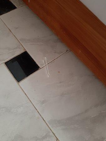 oorstokjes onder het bed