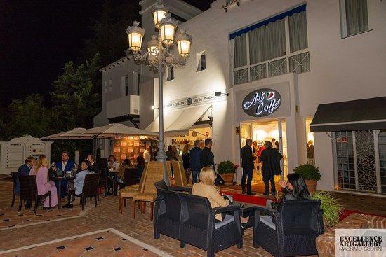 Esta es la espléndida terraza de EXCELLENCE ART GALLERY & ART CAFFè ... Abierto todos los días de 09:00 a 23:00 para desayuno, almuerzos y cenas ... Las distintas áreas del restaurante están disponibles para una reunión, un cumpleaños o una fiesta privada. This is the splendid terrace of EXCELLENCE ART GALLERY & ART CAFFè ... Open daily from 09:00 to 23:00 for lunches and dinners ... The various areas of the restaurant are available for a meeting, birthday or private party