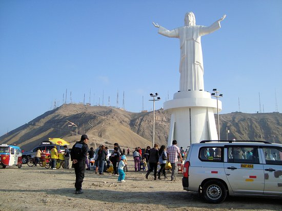 Finalmente antes de comenzar a descender el cerro, visitamos la figura del Cristo del Pacífico