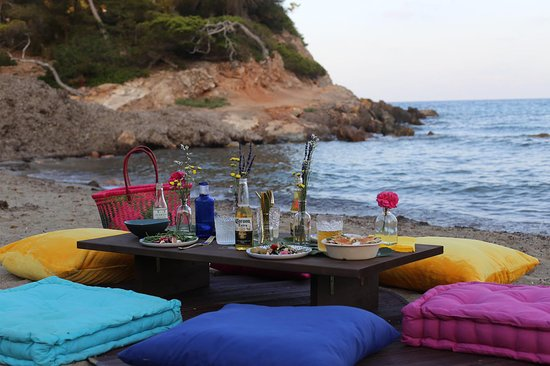 El Picnic: Beach locations are the best!!  Enjoy watching the sunset with some  healthy food and cold wines and beers.