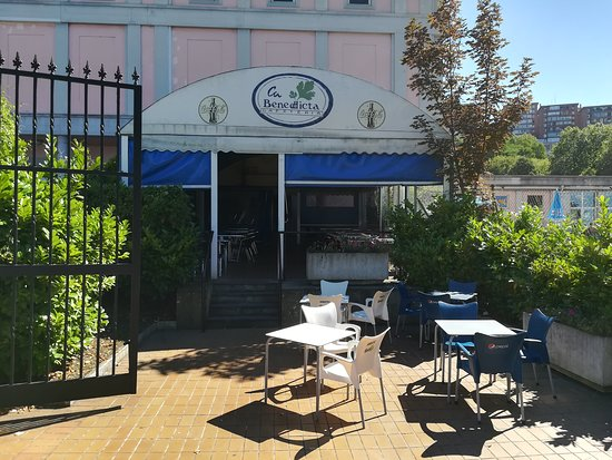 Sestao, สเปน: Entrada el bar desde la terraza