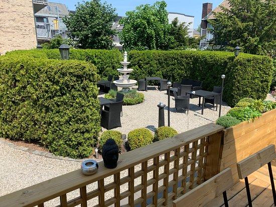 Hotel Dannegarden: Baksidan, njut en god måltid ute i trädgården