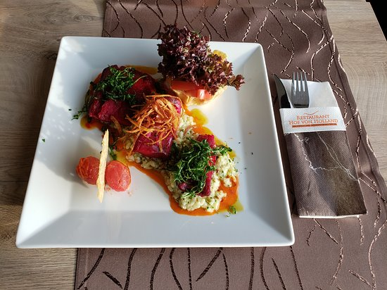 Restaurant Hof von Holland: Kabeljaufilet im Rote Beete Sud gegart, Peterselien Risotto