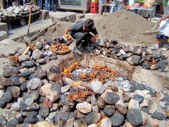Santa Eulalia, เปรู: Finalmente se abre la tierra y salen los productos cocidos para armar las pachamancas