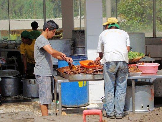 Santa Eulalia, เปรู: Aquí el personal separa las carnes para poner en las canastas