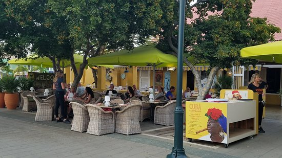 Cuba Compagnie: Outdoor seating on the plaza.  Water view is just beyond.