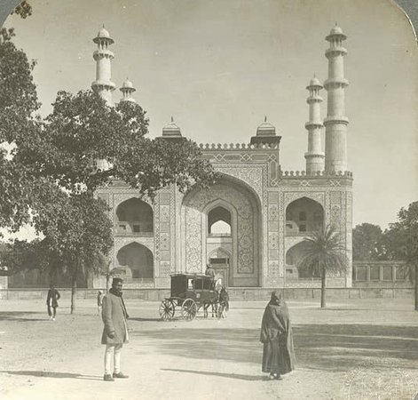 ‪‪Sikandra‬, الهند: Entrance to Tomb of Akbar, Sikandarah, India during the 1900s . . . #akbartomb is the #tomb of the #mughal #emperor , Akbar, and an important #mughalarchitectural #masterpiece . It was built in 1604-1613 and is situated in 119 acres of grounds in #sikandra , #agra , #uttarpradesh #india‬