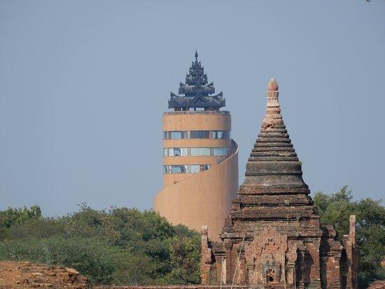 Bagan, Myanmar: 近くからバガンビューイングタワーを