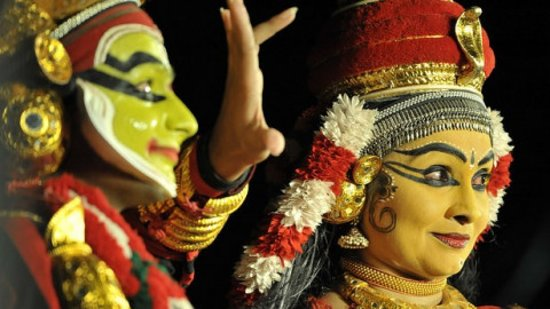 Kochi (Cochim), Índia: About Koodiyattam  Koodiyattam means acting in combination. Koodiyattam originated from Koothu which is a form of worship as a dramatised dance. The importance of Koodiyattam is in the acting. It uses all the four styles of acting as prescribed in the Bharathan's 'Natyasathram'. It has a history of over 1000 years and is recognised by UNESCO as a heritage art form.  Ancient Sanskrit dramas are used for Koodiyattam. This temple art form is traditionally practised by the Chakyar and Nambiar commun