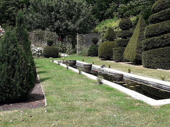 Ashwell, UK: Rill and topiary