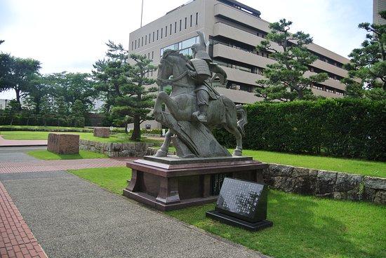 県庁前にある。