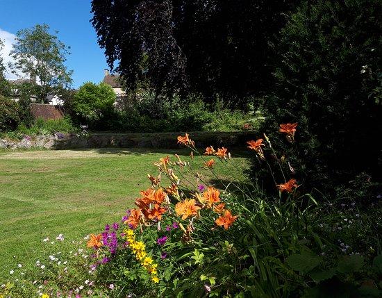 Minchinhampton, UK: Garden viewed from the stone bench