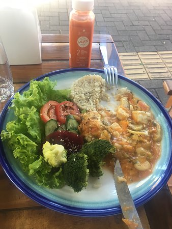 Equilibrio Gastronomia Funcional: Vegetarian stroganoff with tofu, broccoli and a fresh salad + Juice with carrots and apples.