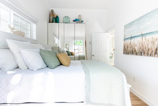 Mahone Bay, Canada: Enjoy a peaceful sleep in this cozy bedroom with beautifull seaside coloured linens, and very spacious closet space for your belongings